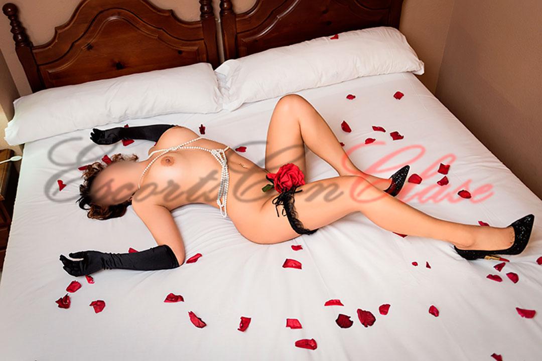 Tumbada desnuda Milena escort Sevilla