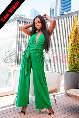 Súper elegante con su vestido verde. Janet escort negra en Madrid