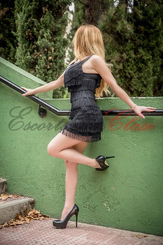 joven tetona con vestido elegante. Violeta