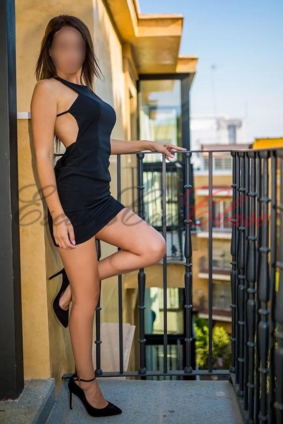Chloe con un vestido súper elegante es especialista en sexo oral