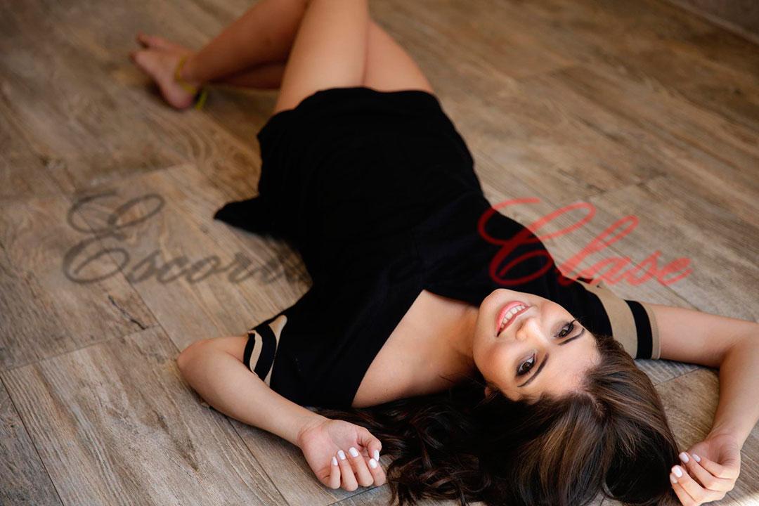 Escort con fotos y video en su anuncio sonríe en esta foto. Beatriz