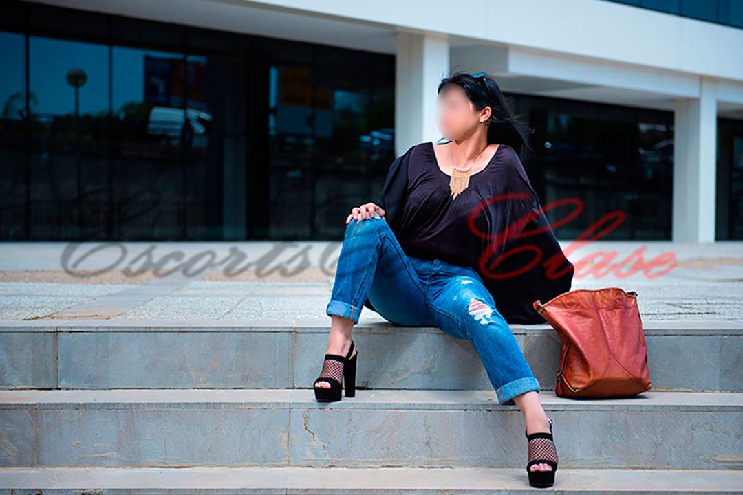 Lua con ropa informa, una escort alto standing en Sevilla