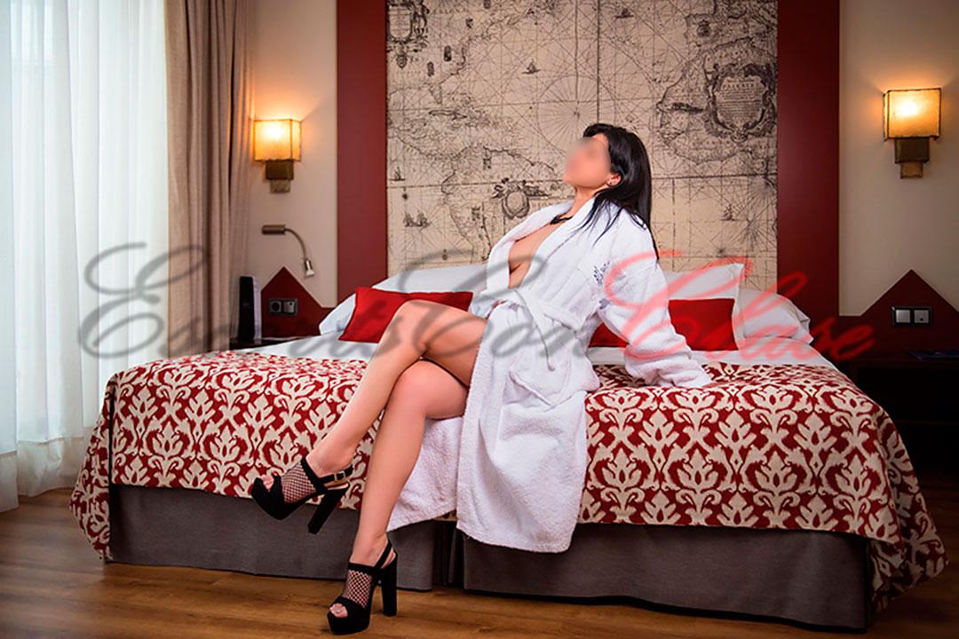 Escort Sevilla Lua esperando en la cama