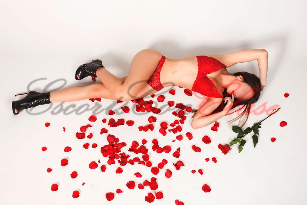 La escort Elena hace porno y se muestra tumbada en lencería roja