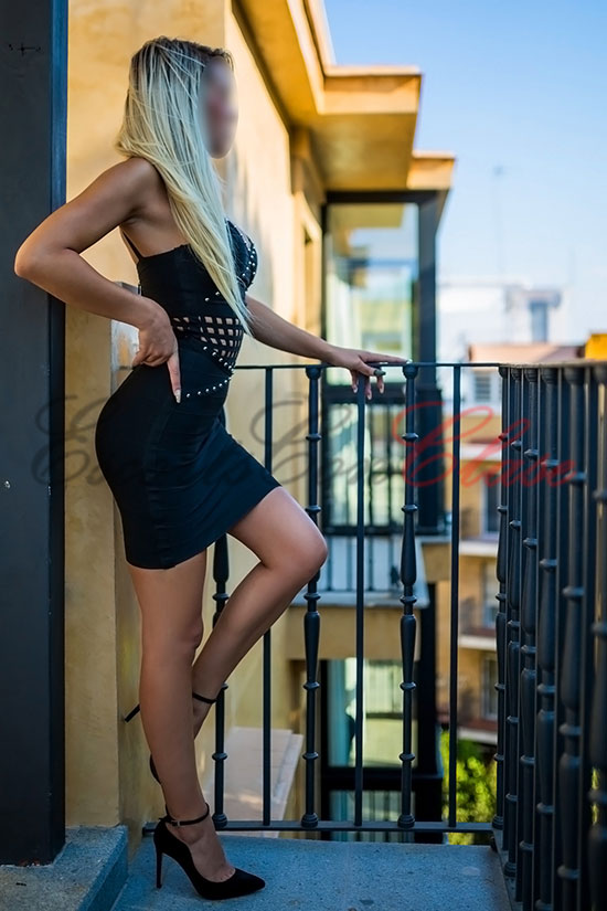 Juvenil escort andaluza con un elegante vestido negro. Crisitna