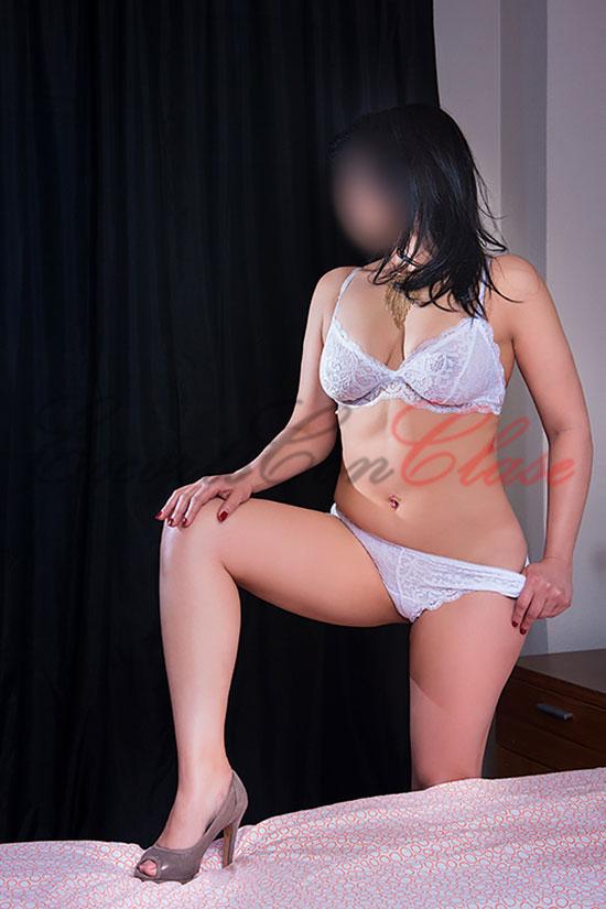 Una escort lujo de Brasil exuberante con lencería blanca. Ambar