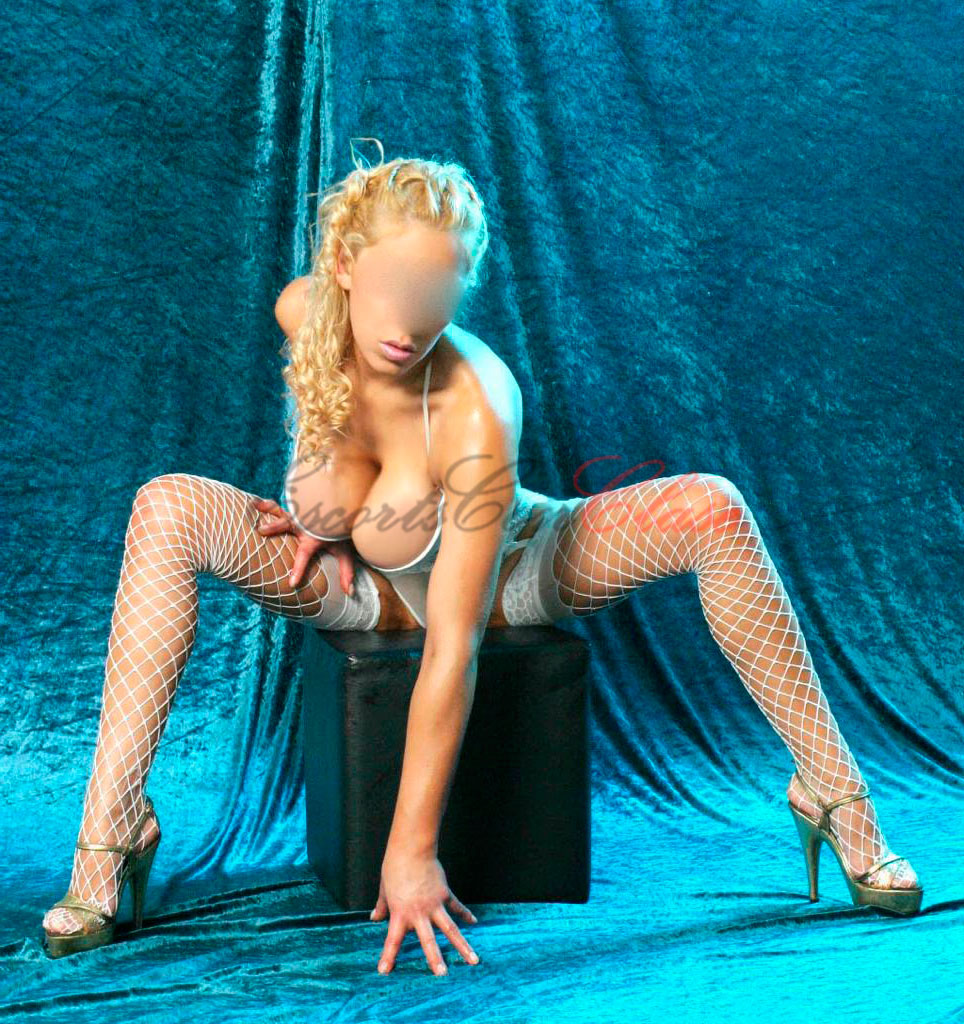 Acompañante argentina Sabrina sentada muy sexy