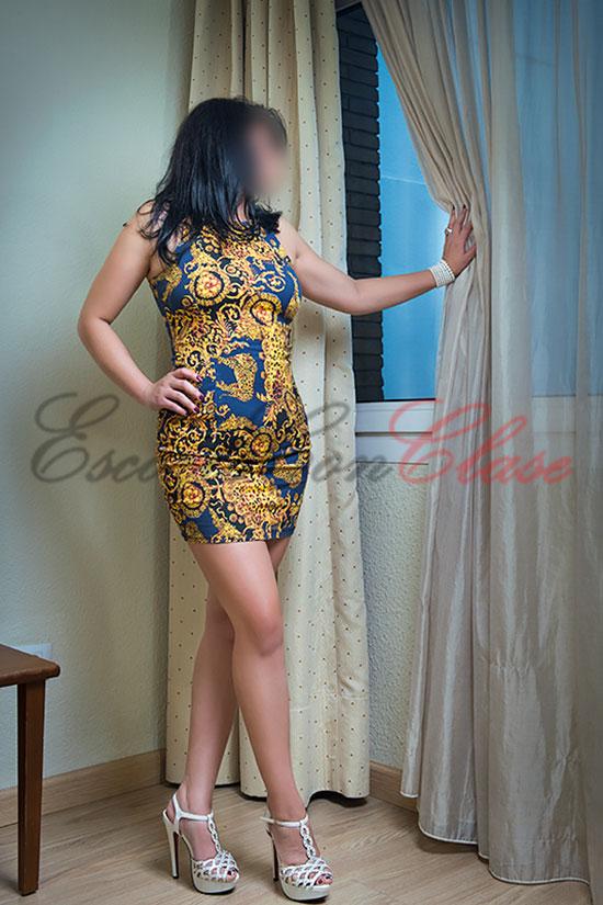 Escort lujo atractiva con vestido ajustado. Asly