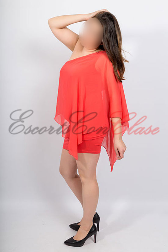 Elegante escort española con vestido rojo. Macarena