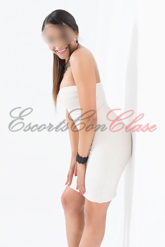 Escort elegante con vestido blanco ajustado. Una experta en sexo anal. Amaya