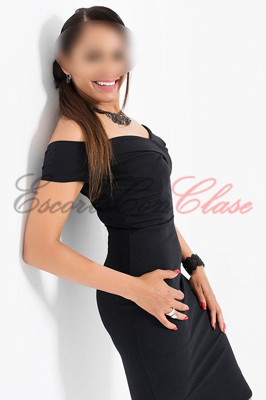Con su elegante vestido negro una escort experta en griego. Amaya