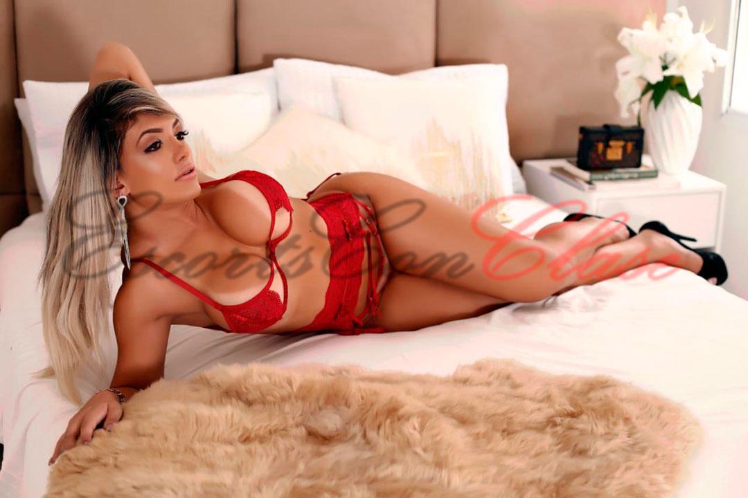 Escort Madrid tumbada en la cama mostrando sus tetazas. Monik