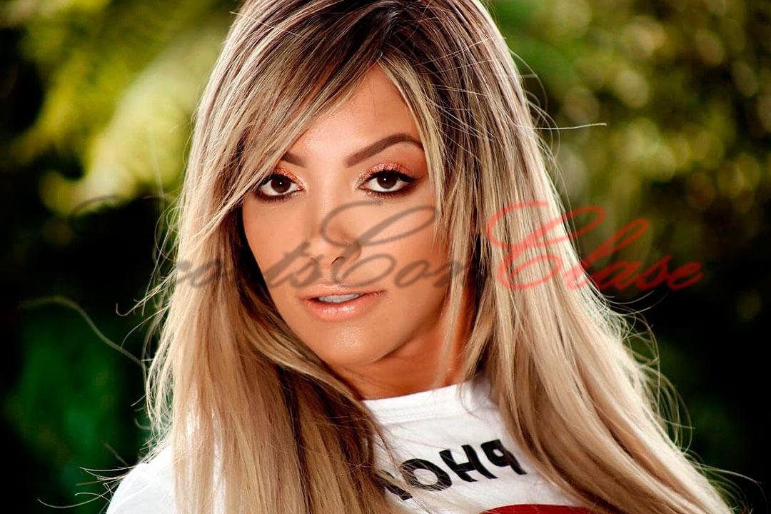 Primer plano del rostro de la escort tetona Monik