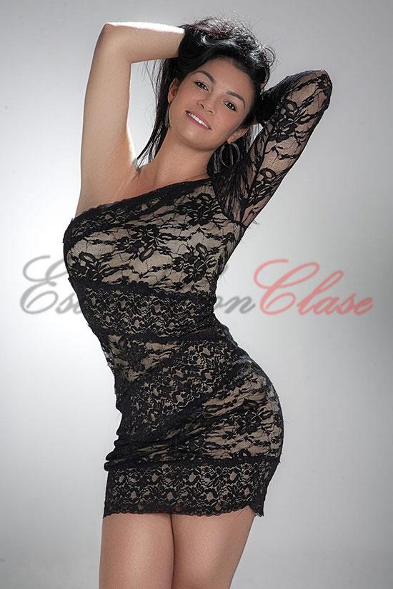 Elegante y discreta acompañante de lujo con un vestido negro muy sexy. Dani