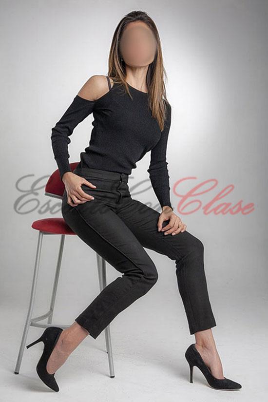 Escort de buena categoría con traje elegante negro. Joana