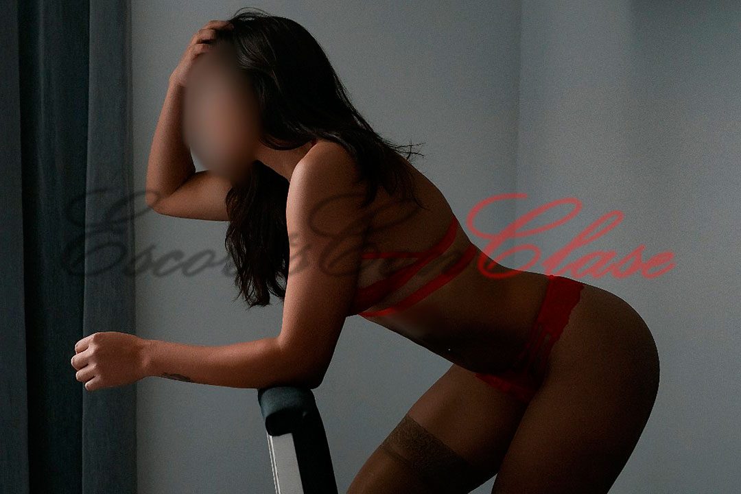 Escort de la universidad posa desnuda arrodillada en una silla. Diana