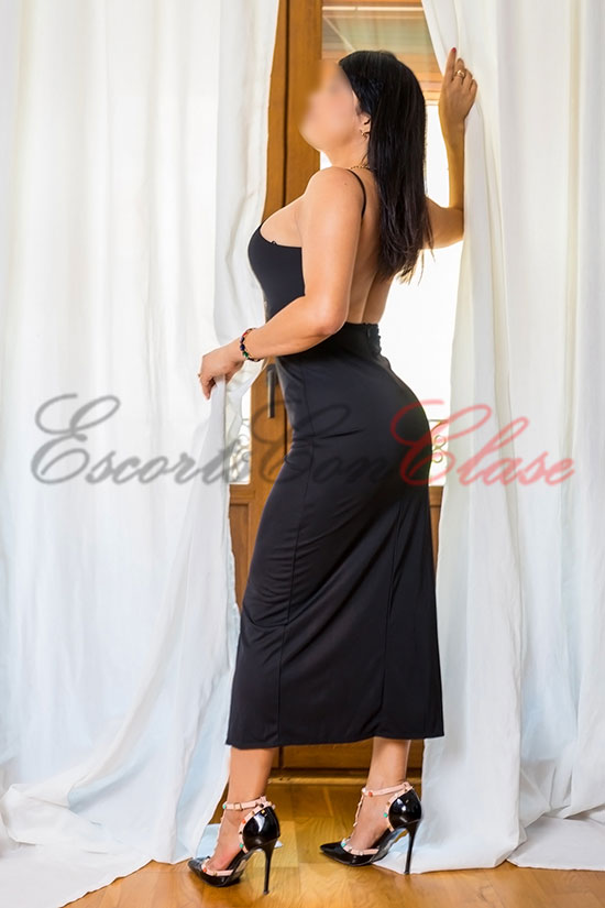 Escort Sevilla autónoma con un elegante vestido negro. Laura
