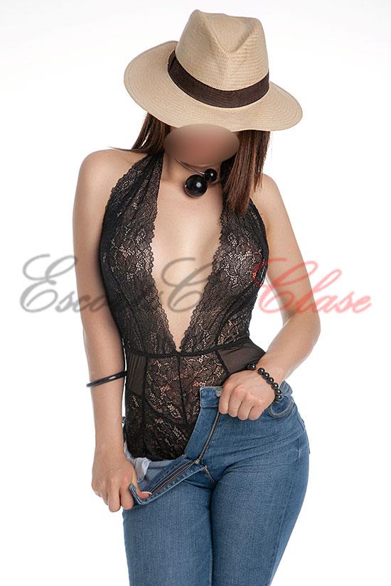 juvenil puta de lujo vestida con vaqueros y sombrero. Marina
