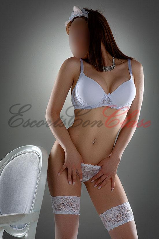 Escort hispana y joven con lencería blanca de lujo. Marina