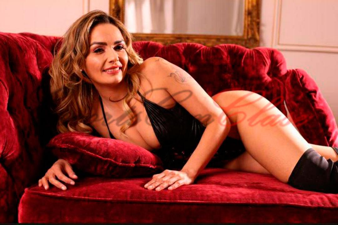 Stripper rubia mostrando su delicada sonrisa. Isadora