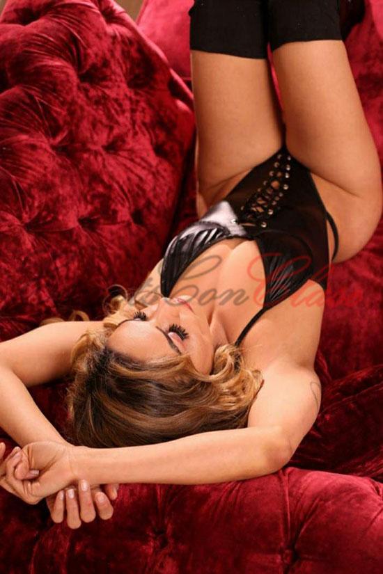 Escort y stripper con erótica lencería negra. Isadora