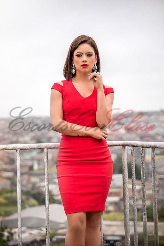 Escort elegante en Madrid con un sexi vestido rojo. Abby