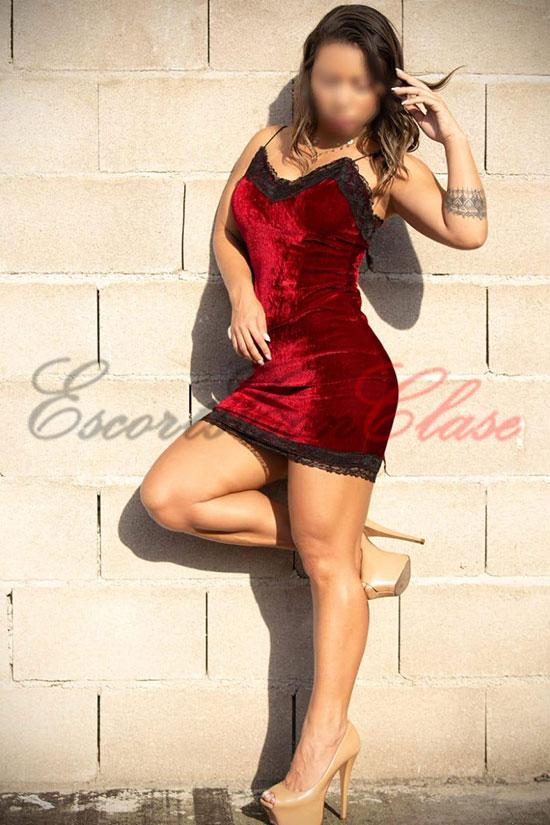 Escort cuerpo proporcionado posando con vestido elegante. Juliana