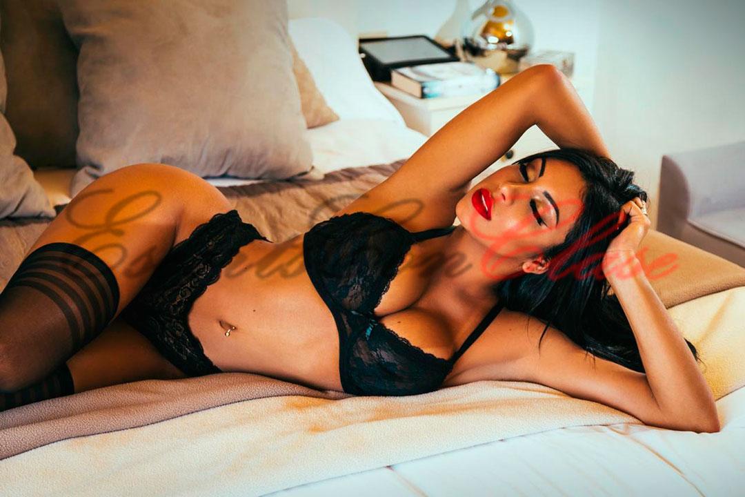 Culona muestra su morboso rostro tumbada en la cama. Reina