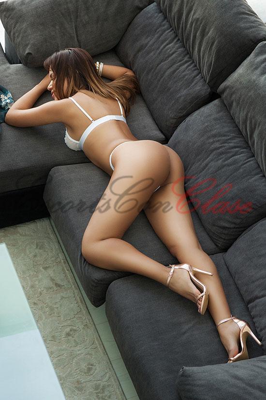 Escort particular de piel morena tumbada desnuda. Úrusla