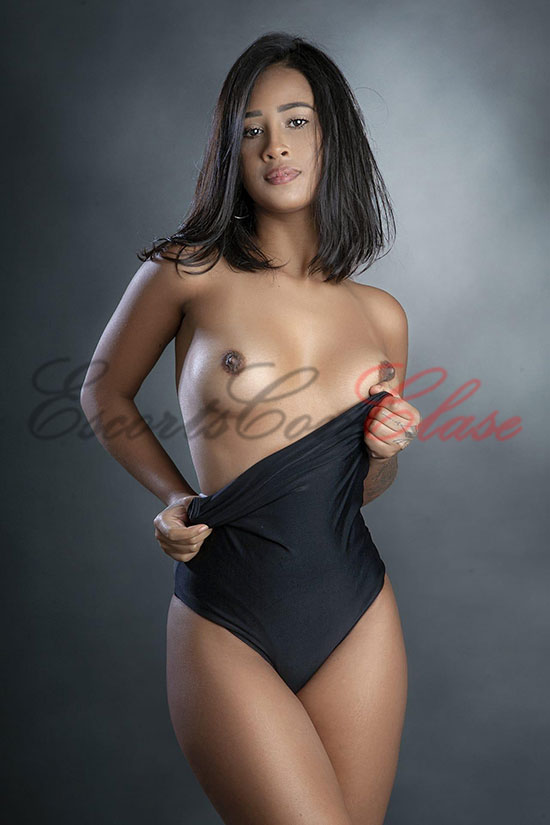 Escort de Brasil muestra sus pechos desnudos. Zulema