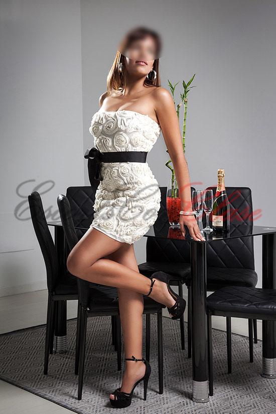 Escort particular con su precioso y elegante vestido blanco. Úrsula