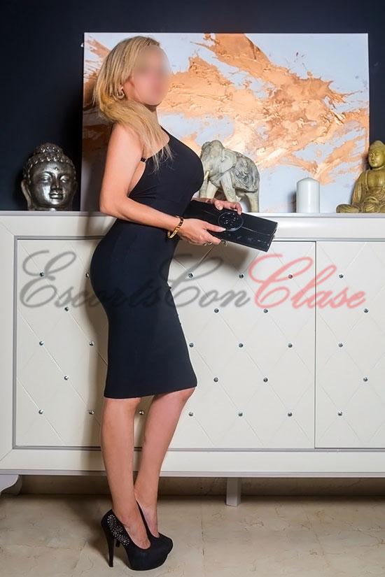 Escort de lujo sexy en Sevilla con elegante vestido negro. Rosa