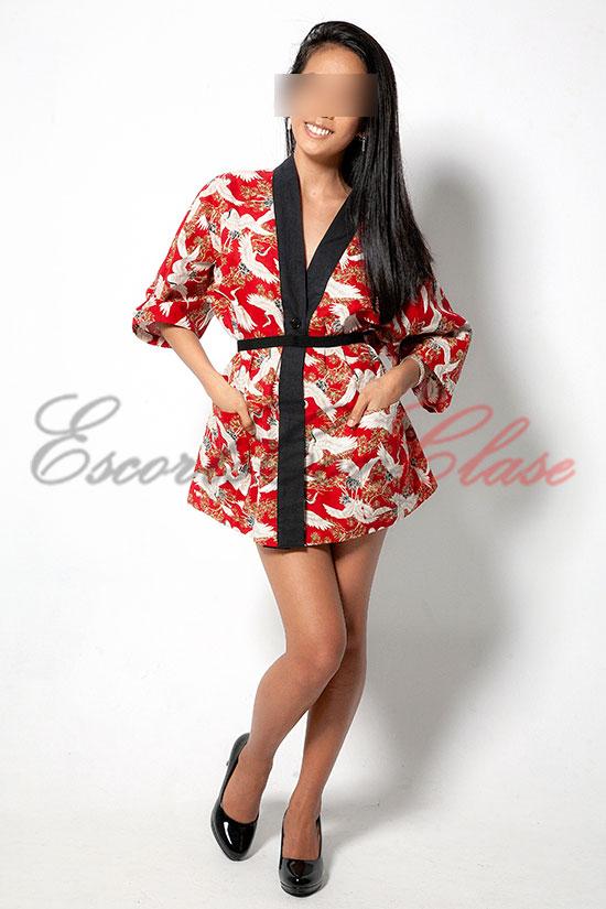 Acompañante oriental de lujo con ropa asiática. Emy