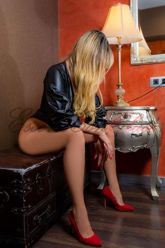 Escort latina exuberante sentada con su chaqueta de cuero negra. Amanda