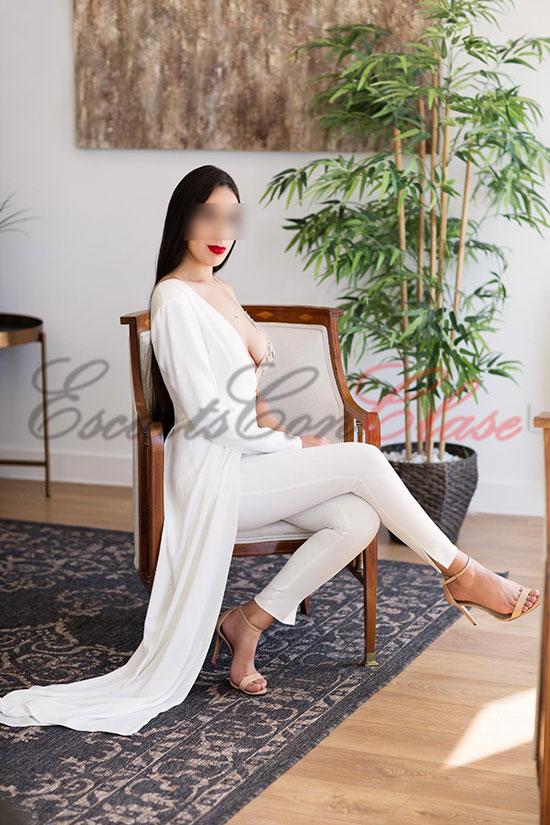 Original escort de lujo con un lindo traje blanco. Roberta