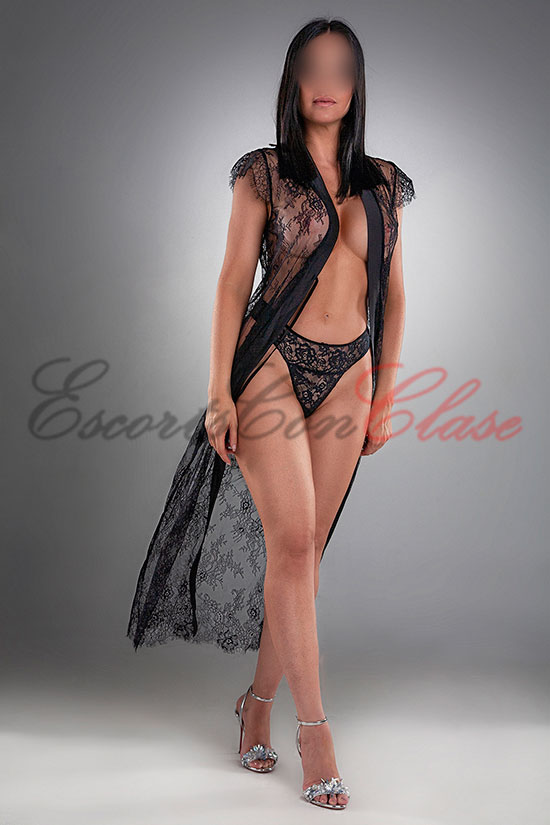 Escort de lujo en Madrid con lencería fina color negro. Pilar