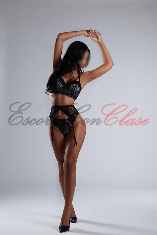 Escort española posando con una fina lencería negra de lujo. Inés