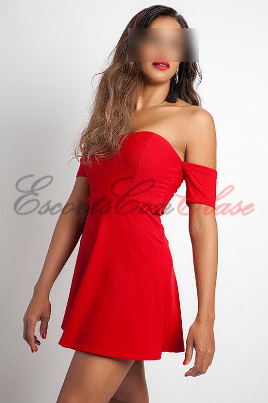 Escort alta y delgada con elegante vestido rojo. Ana