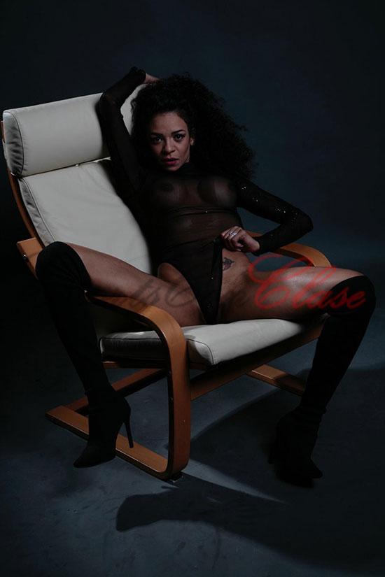 Escort negra tetona abierta de piernas incitando al sexo. Ébano