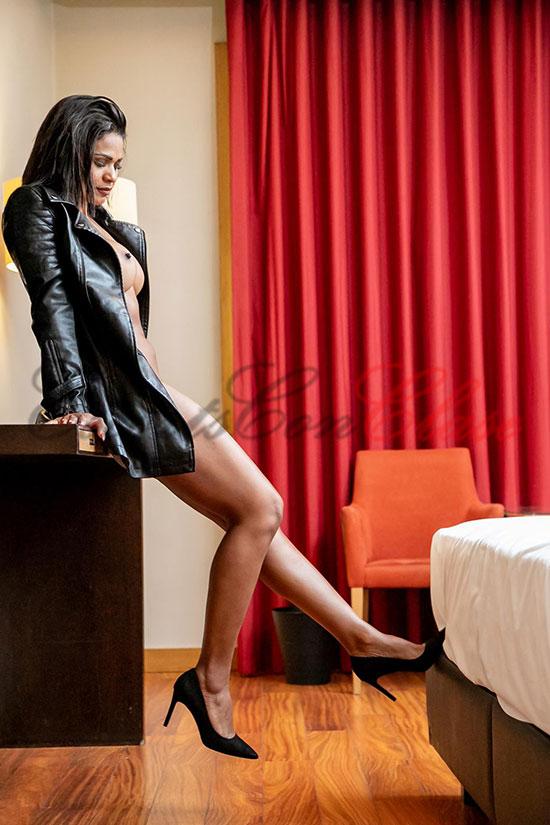 Escort semi desnuda en la habitación de hotel. Carina sexo oral