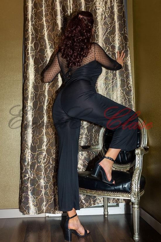 Elegante sevillana vestido negro de lujo. Elena