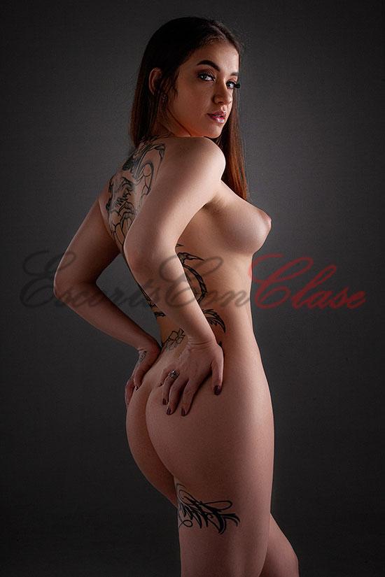 Una preciosa puta de lujo que atiende a parejas. Totalmente desnuda en esta foto. Renata